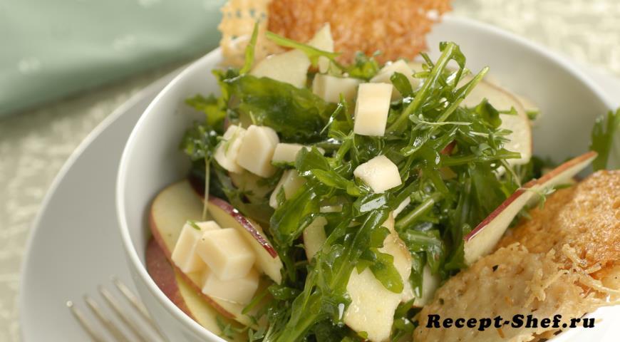 Салат с вафлями из пармезана