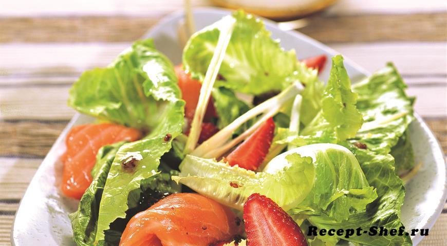 Салат из копченого лосося, клубники и фенхеля