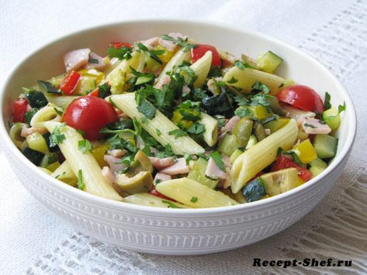 Теплый салат из макарон с овощами