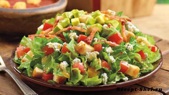 Диетический салат с куриной грудкой и овощами