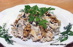 Салат с обжаренным мясом курицы и черносливом