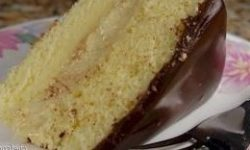 Как и любой другой вкусный торт, его можно приготовить на праздник, порадовать своих родных, или же себя. Как приготовить бисквитный торт рецепт Для теста: 3 яйца, по стакану сахара и муки. Для крема: 2 желтка, полстакана сахара, 1,5 ст. ложки муки, 250 г молока. Для шоколадной глазури: 150 г сливочного масла, 120 г сахарной пудры, 3 ст. ложки какао, ст. ложки воды, ванилин на кончике ножа. Сначала надо приготовить тесто. Взбить белки до пышной пены, отдельно взбить желтки, соединить их белками и еще раз взбить все вместе. Если проведенная дорожка на поверхности этой массы не соединится, тесто можно считать взбитым. Теперь добавить муку, быстро перемешать его с массой и вылить в коническую форму, смазанную жиром, поставить в духовку для выпекания. Пока печется тесто, можно приготовить крем. Для этого в эмалированной кастрюле вымешивают желтки, сахар, муку и 2 ст. ложки молока. Отдельно кипятят молоко, которое осталось, его добавляют в смесь и еще раз вымешивают. Когда масса станет однородной, ставят ее на огонь, а после того, как закипит, варят 2 минуты. Затем ставят в холодное место на некоторое время. Для приготовления шоколадной глазури все компоненты смешивают в посуде и ставят на водяную баню. Когда полностью растают кристаллики сахарной пудры, массу снимают и вымешивают до тех пор, пока она не начнет густеть. Бисквитной заготовке дают отстояться не менее 4 часов, иначе во время разрезания она будет крошиться. Бисквит разрезают на три части, намазывают кремом и «склеивают». Затем ставят в холодильник. Смазывают кремом и боковые стороны корзины. Кондитерский мешочек с наконечником «обводка» наполняют загустевшей шоколадной глазурью и обрисовывают ею боковые стороны корзины. Когда эта работа закончена, вставляют ручку от корзины (приготовленную из заварного теста), а затем отсаживают розы. По желанию корзину можно наполнить грибами, орехами, шишками, выпеченными в специальных формах.