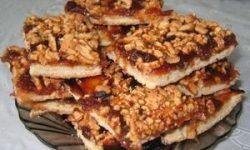 Легкий пирог с вареньем и орешками