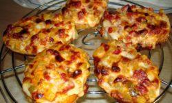 Мини пиццы из батона в духовке