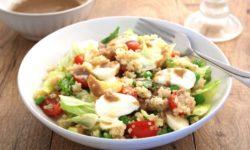 Салат с киноа, сыром и овощами