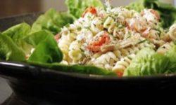 Салат с копченой скумбрии и макаронами