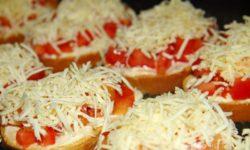 Бутерброды с помидором, сыром и чесноком