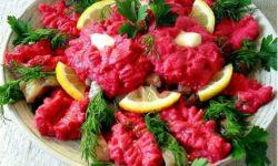 Селедка под свекольным крем-соусом