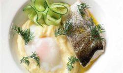 Треска с голландским соусом и яйцом-пашот