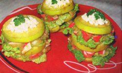 """Яблочные """"башни"""" с крабовым салатом"""