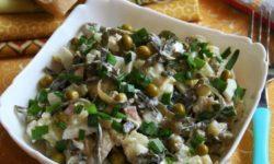 Салат из морской капусты, горошка, яйца и огурцов