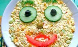 "Салат с крабовыми палочками, огурцом и кукурузой ""Глазастик"""