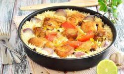Куриная грудка в панировке, запеченная с рисом и овощами