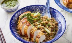 Жареный цыпленок с рисом, кориандром и зеленым соусом