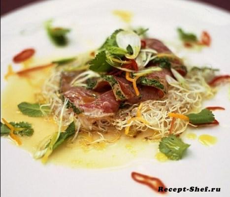 Цитрусовый тунец с хрустящей лапшой, травами и перцем Чили