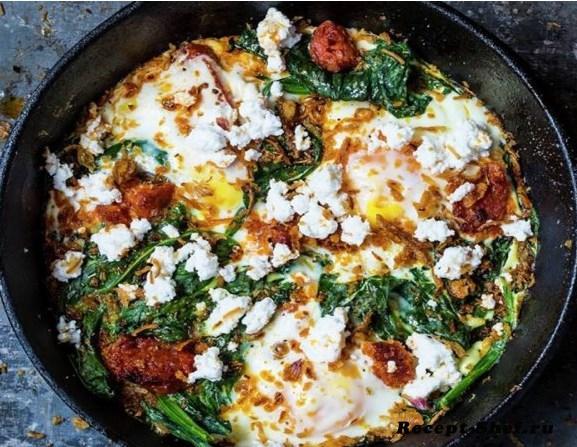 Запеченные яйца с пряной чоризо, маслом чили и рикоттой