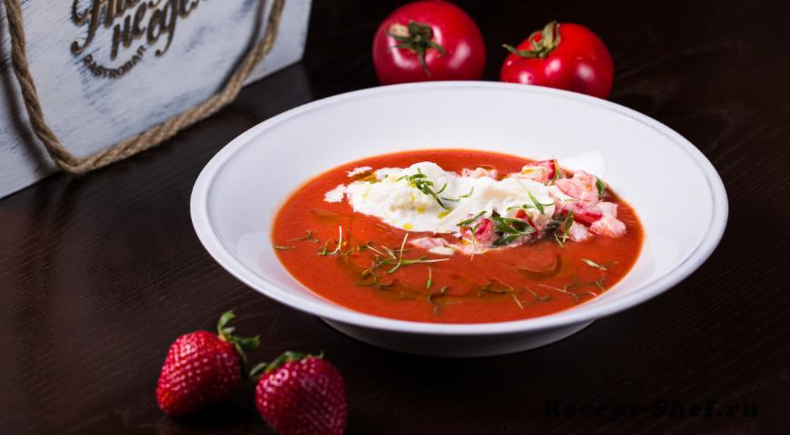 Гаспачо из томатов с сыром и клубникой