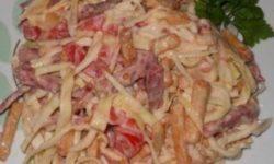 Салат с капустой сухариками и колбасой