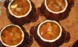 Картошка, тушеная в горшочке с грибами