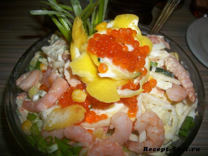 Закусочный салат с кальмарами и креветками
