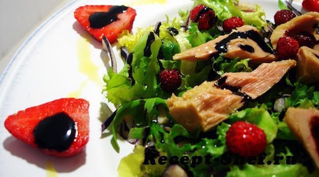 Клубничный салат с тунцом